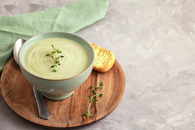 Sopa de legumes fresca feita. conceito de dieta saudável caseiro adequado