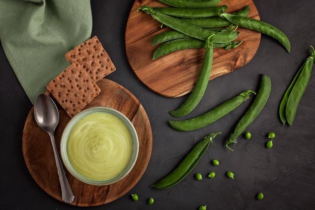 Sopa de legumes fresca feita de ervilhas verdes. conceito de dieta saudável caseiro adequado para vegans e vegetarianos