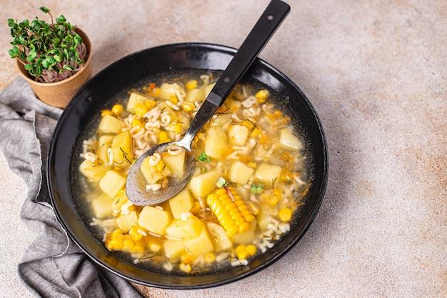 Sopa de legumes, milho, batata, massa, alfabeto, caldo, sem carne, porção fresca, refeição, lanche na mesa