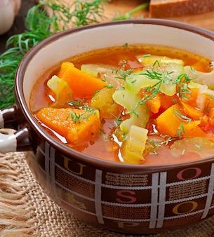 Sopa de legumes no antigo de madeira