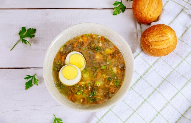 Sopa de legumes verde com ovo e pãezinhos crocantes