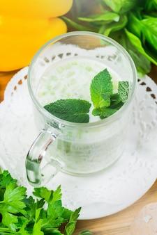Sopa de legumes verde fria de verão servida em um copo