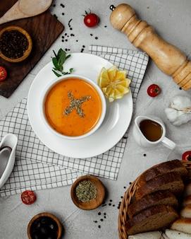 Sopa de lentilha coberta com hortelã seca