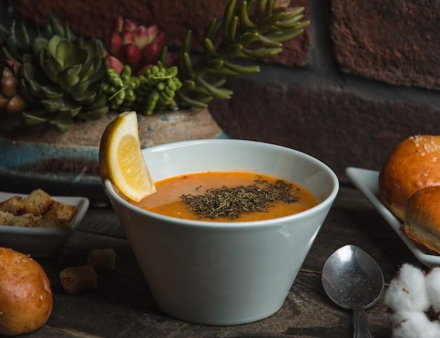 Sopa de lentilha com hortelã em cima da mesa