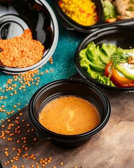 Sopa de lentilha de comida dieta em um quadro negro