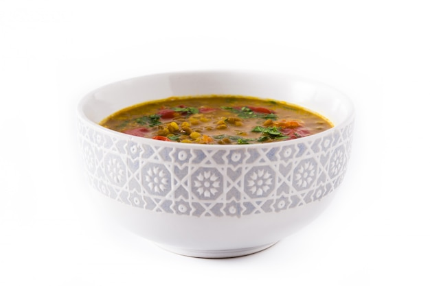 Sopa de lentilha indiana dal (dhal) em uma bacia isolada no branco.
