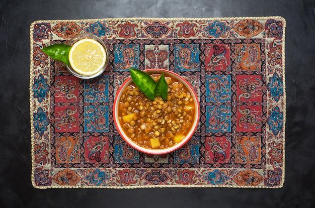 Sopa de lentilha. sopa persa de adasi com lentilhas.