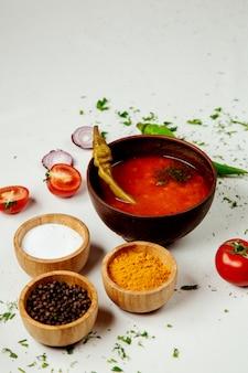 Sopa de lentilha vermelha em cima da mesa