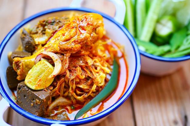 Sopa de macarrão ao curry estilo norte com frango