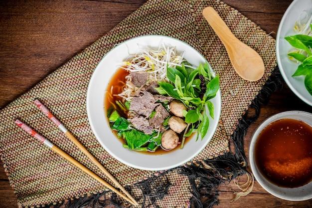 Sopa de macarrão asiático com almôndega de carne