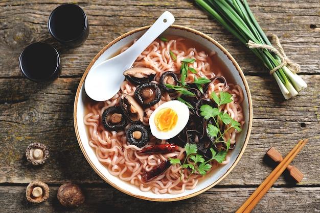 Sopa de macarrão asiático com cogumelos