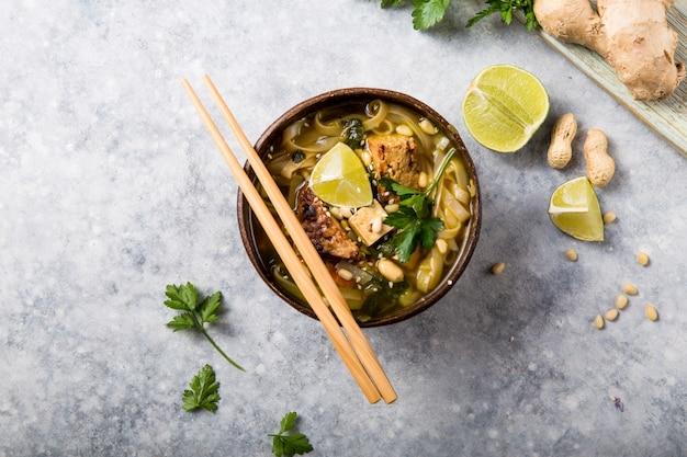 Sopa de macarrão asiático miso ramen com tempeh ou tempe em uma tigela.