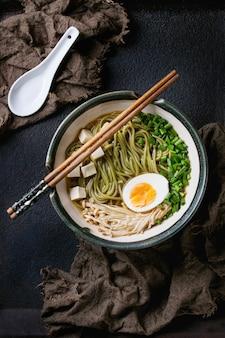 Sopa de macarrão asiático