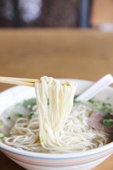 Sopa de macarrão chinês