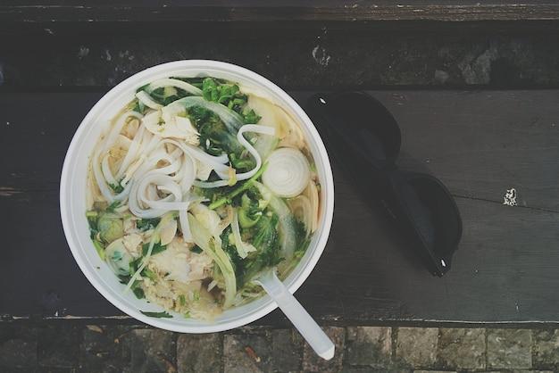 Sopa de macarrão com caldo de osso