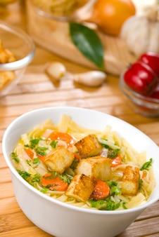 Sopa de macarrão com cenoura, croutons e legumes