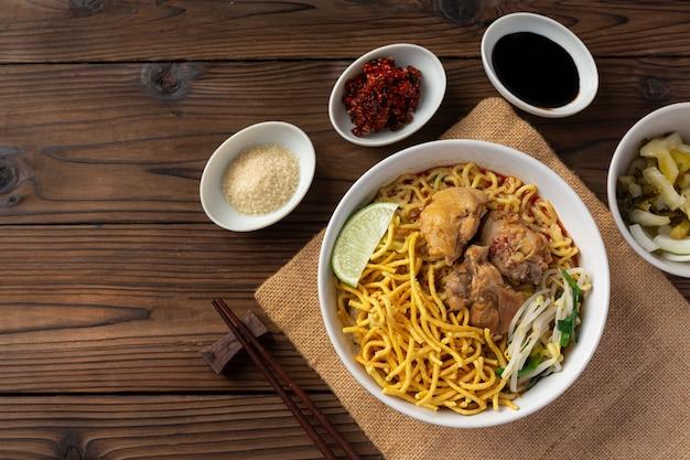 Sopa de macarrão com curry ao estilo tailandês do norte com frango, khao soi kai