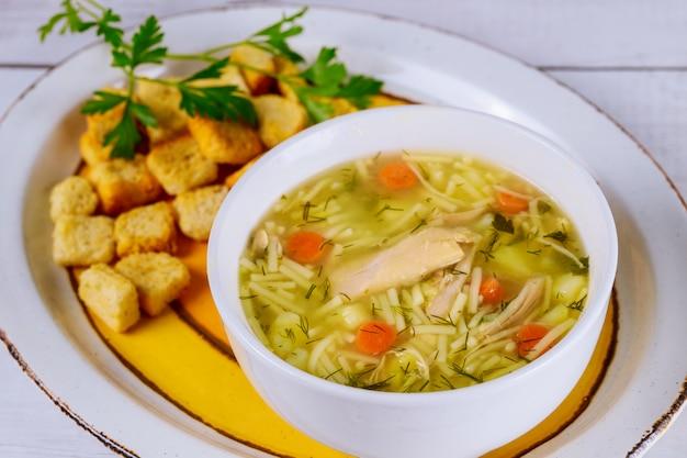 Sopa de macarrão com frango, salsa e croutons