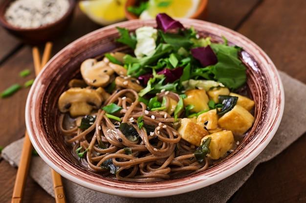 Sopa de macarrão com missô e soba com tofu assado e cogumelos