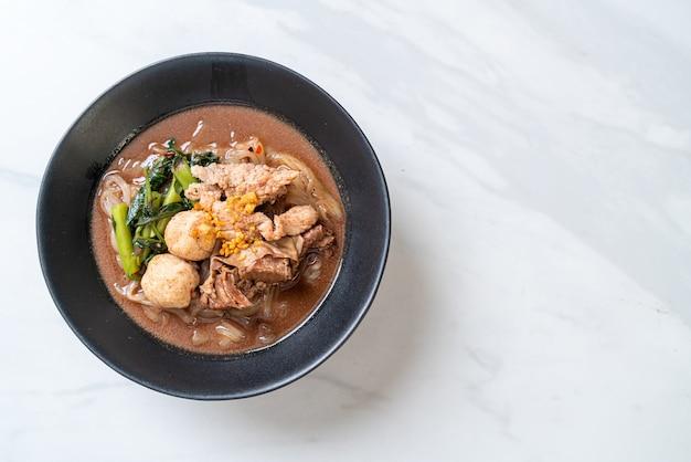 Sopa de macarrão de arroz com carne de porco estufada