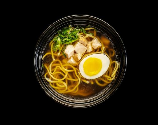 Sopa de macarrão de frango udon com ovo.