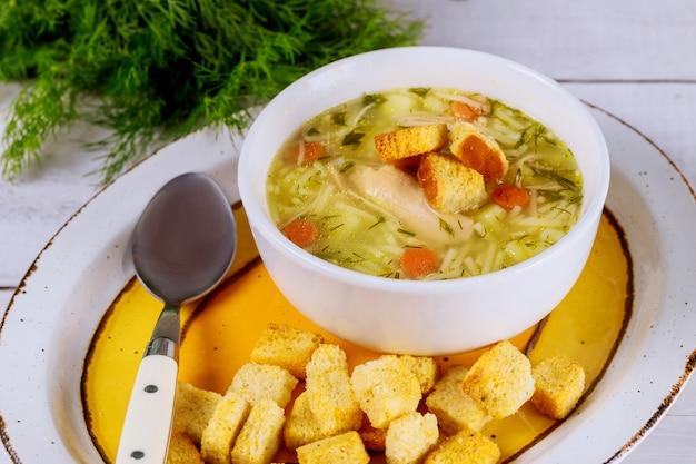 Sopa de macarrão delicioso frango caseiro