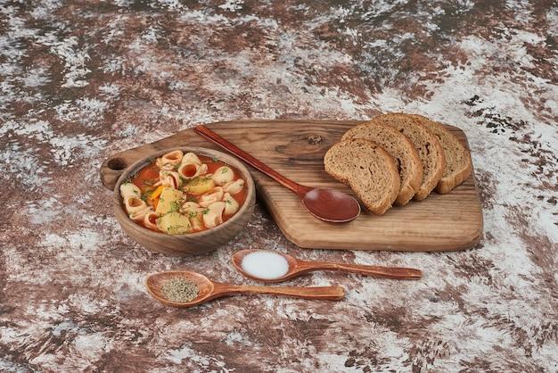 Sopa de macarrão em caldo com ervas e especiarias