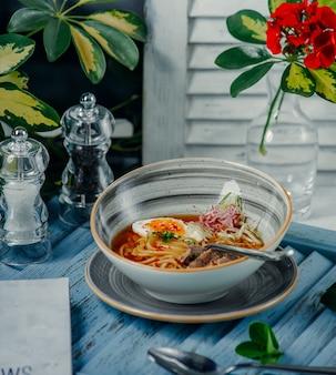 Sopa de macarrão em cima da mesa