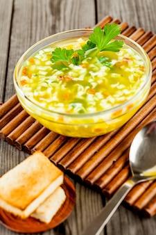Sopa de macarrão em uma mesa de madeira