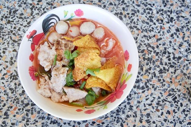 Sopa de macarrão estilo tailândia com carne