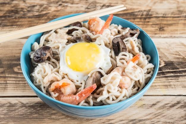 Sopa de macarrão instantâneo com camarão, ovo e cogumelos.