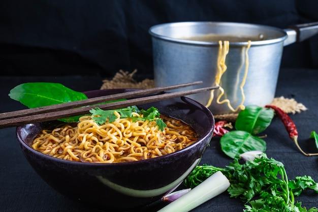 Sopa de macarrão instantâneo picante com camarão