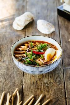 Sopa de macarrão japonês ramen asiático
