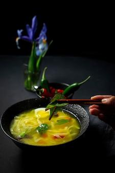 Sopa de macarrão oriental em um restaurante