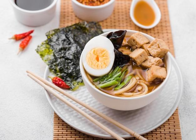 Sopa de macarrão ramen asiático com ovo