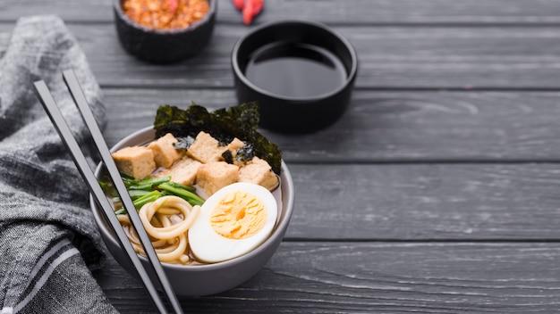 Sopa de macarrão ramen asiático e molho de soja