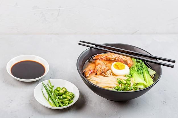 Sopa de macarrão ramen asiático na tigela