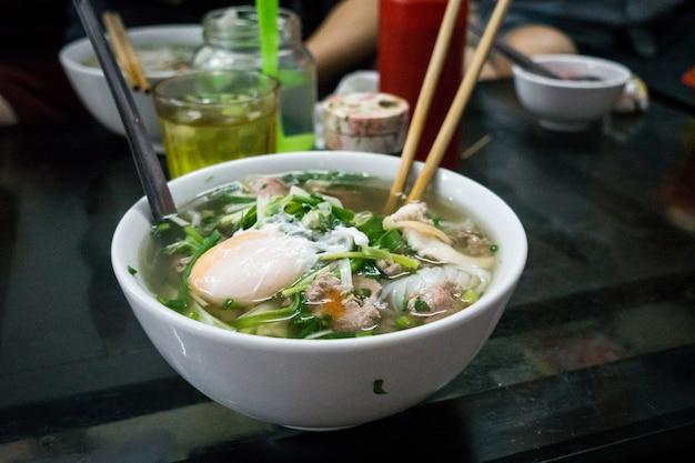 Sopa de macarrão tradicional vietnamita pho bo com ovo