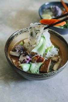 Sopa de macarrão vegan com idéia de receita de fotografia de comida de tofu