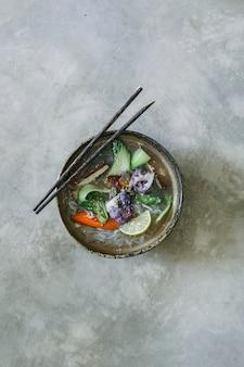 Sopa de macarrão vegan com ideia de receita de fotografia de comida de tofu