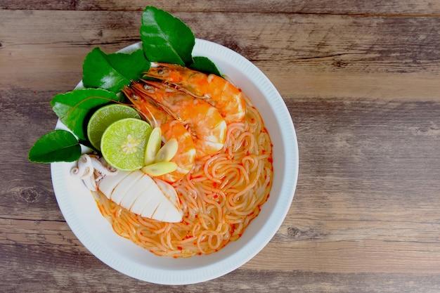 Sopa de macarrão vietnamita de frutos do mar