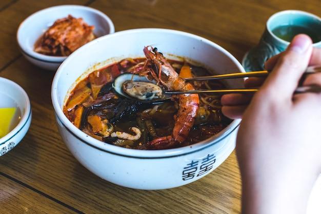 Sopa de marisco picante coreano com gambas
