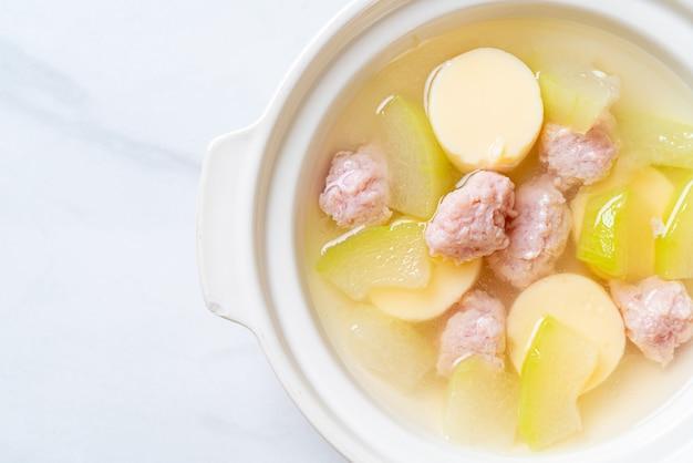 Sopa de melão de inverno com carne de porco picada e ovo tofu