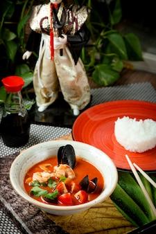 Sopa de mexilhão com tomates em uma tigela
