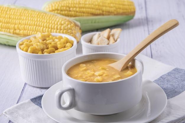 Sopa de milho em uma tigela. sopa de milho em tigela branca