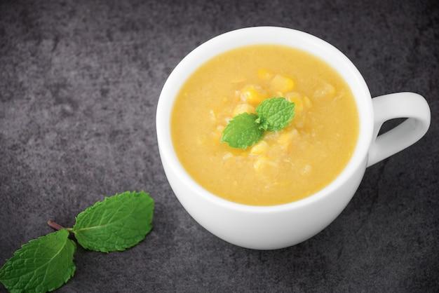 Sopa de milho na tigela e milho doce na chapa