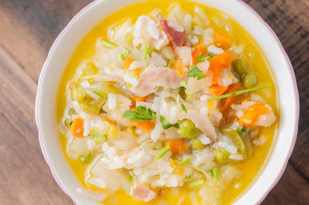 Sopa de minestrone em uma tigela