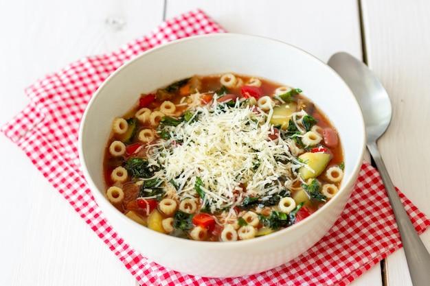 Sopa de minestrone italiano.