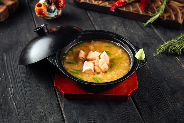 Sopa de miso ishikari apetitosa com salmão