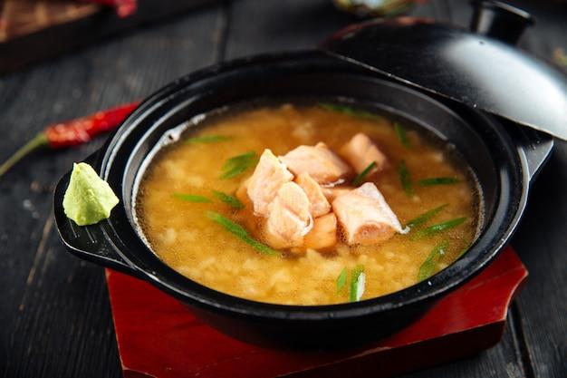 Sopa de miso ishikari com salmão em uma tigela preta